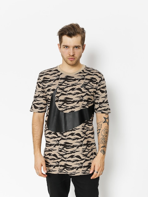 Tričko Nike Aop Vw Swoosh Ss Tee (khaki/black/black)